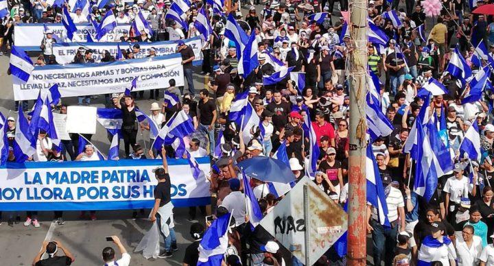 Miles de nicaragüenses huyen de la violencia